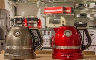 Der Kitchenaid Wasserkocher mit Temperaturrgegulierung, kabellosem Betrieb, 1,5 ltr. Fassungsvermögen und doppelwandigem Gehäuse in grau und rot