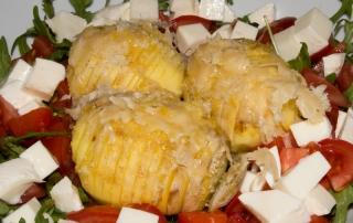 Hasselback-Kartoffeln Ofenkartoffeln Schwedische Fächerkartoffeln in einem Salatbett Carl Tode Göttingen