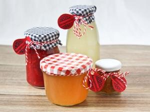 Geschenke aus der Küche, Gläser gefüllt und dekoriert, selbstgemacht, Einkochen