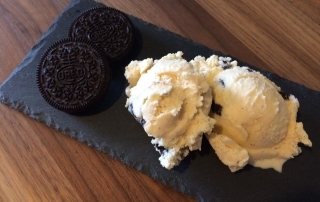 Ein leckeres cremiges Vanille-Eis mit Oreo-Keksen nennt sich Cookies and Crem und ist wirklich köstlich. Cal Tode hat die Eismaschine angeworfen und ist ganz begeistert.