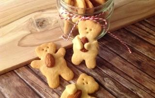 Teddy umarmt Mandeln, süße Kekse, Hingucker auf der Kaffeetafel, Carl Tode Göttingen