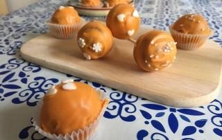 leckere Teigkugeln umhüllt von Schokolade mit feinem Aroma