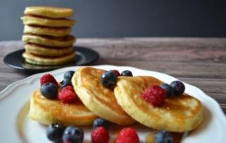 Carl Todes Rezept für amerikanische Pancakes, Pfannkuchen, Frühstücksrezept, mit Früchten und Ahornsirup