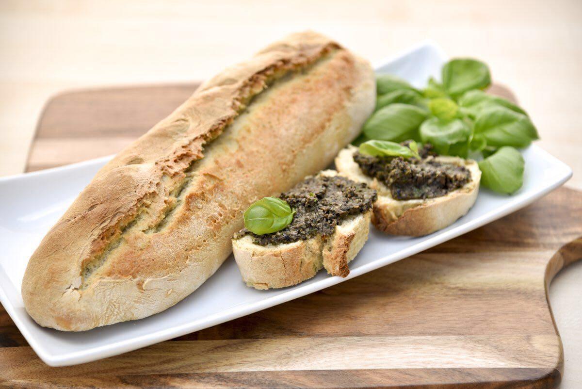 Carl Tode Göttingen präsentiert ein Rezept für Baguette und würzige Oliventapenade