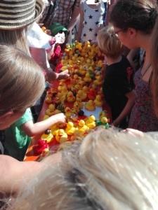 Carl Tode beim Entenrennen mit vielen gelben Enten