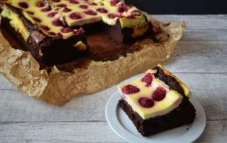 Schokoladen Brownies mit Käsekuchentopping und Himbeeren, Rezept bei Carl Tode Göttingen