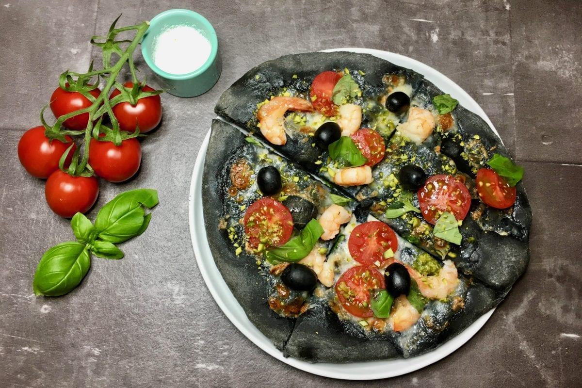 Schwarze Pizza, Aktivkohle, Superfood, Basilikum, Garnelen, Pizza, Pistazien, Tomaten, Mozzarella, Carl Tode, Rezept, Göttingen