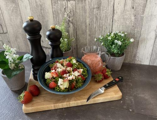 Bunter Salat mit Erdbeerdressing